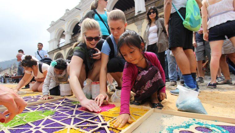 Aún quedan cinco talleres programados para la elaboración de alfombras, en diferentes municipios. (Foto, Prensa Libre: Cortesía Inguat)