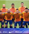 Los jugadores del Barcelona salieron al campo de juego con la camiseta que utilizan para entrenar con los colores de la bandera de Cataluña. (Foto Prensa Libre: BBC Mundo)