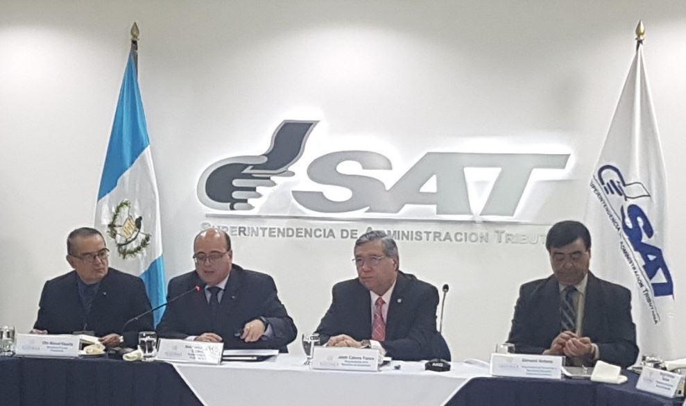 El vicepresidente Jafeth Cabrera dirigió el gabinete económico donde dieron a conocer la meta de recaudación de enero del 2018. (Foto Prensa Libre: Cortesía SAT)