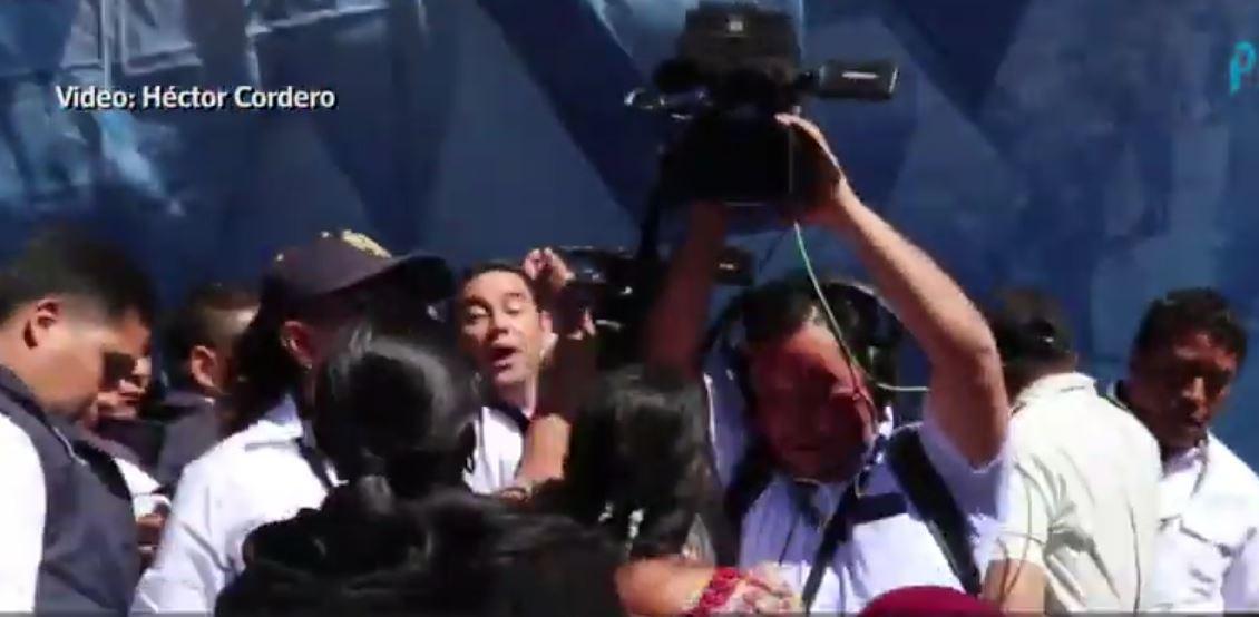 Pobladores de San Andrés Sajcabajá, Quiché, protestaron en contra del presidente Jimmy Morales durante la inauguración de un tramo carretero. (Foto Prensa Libre: Héctor Cordero)