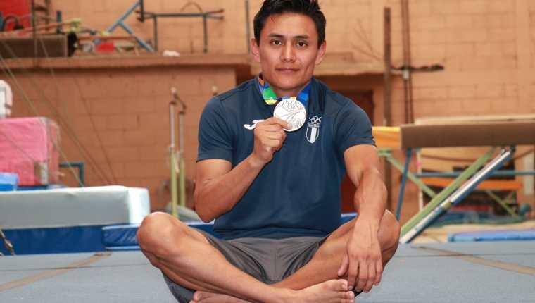 José Ixtacuy muestra la medalla de plata ganada en los pasados Juegos Centroamericanos y del Caribe. (Foto Prensa Libre: Raúl Juárez