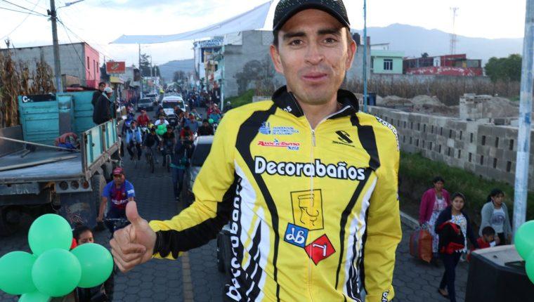 Manuel Rodas durante la caravana en La Esperanza, Quetzaltenango, que lo declaró hijo predilecto. (Foto Prensa Libre: Raúl Juárez)