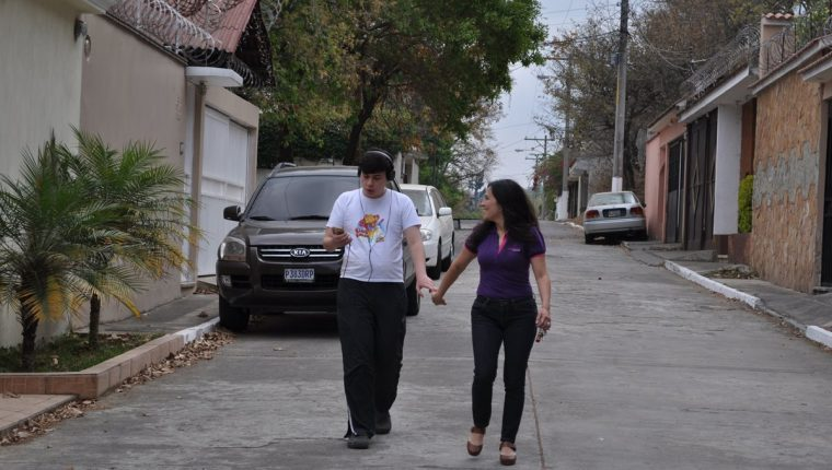 Kenneth fue la inspiración de Kareen para crear la Asociación Guatemalteca por el Autismo. El camino que recorren y han recorrido juntos los fortalece cada día. Nada los detiene (Foto Prensa Libre: Pedro Samayoa).