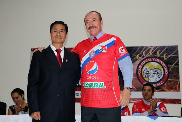 Rafael Loredo junto al Duilio Fuentes, Presidente del club, durante la presentación oficial. (Foto Prensa Libre: Carlos Ventura).