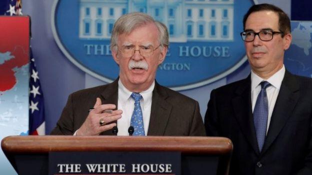 Bolton y Mnuchin hicieron el anuncio desde la Casa Blanca. REUTERS