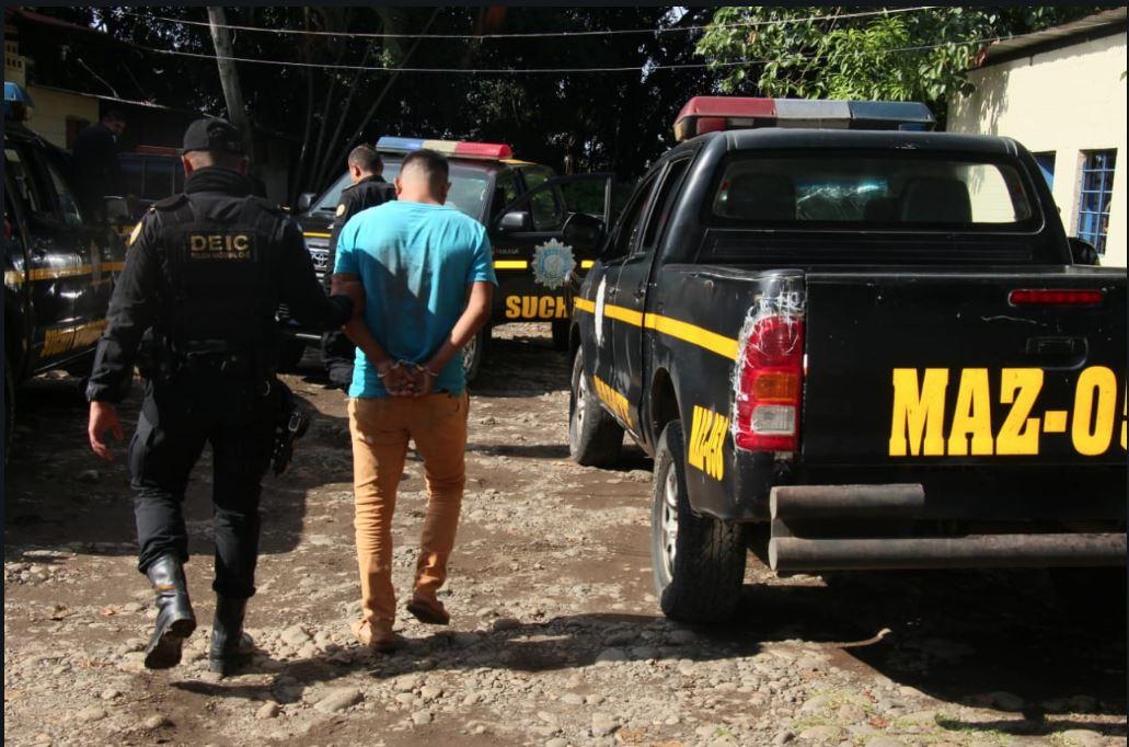 Uno de los allanamientos en Mazatenango, Suchitepéquez, en los que se captura a personas señaladas de explotar sexualmente a varias menores. (Foto Prensa Libre: Cristian Icó Soto)