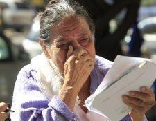 Elizabeth Torres, tía abuela de la niña Vanesa Torres Suchité, llora afuera de la morgue del INACIF, antes de que le informaran que la menor había sido trasladada a otro hogar . (Foto Prensa Libre: Carlos Hernández)