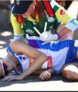 Callum Hawkins es atendido luego de haber colapsado a tan solo dos kilómetros de la meta.