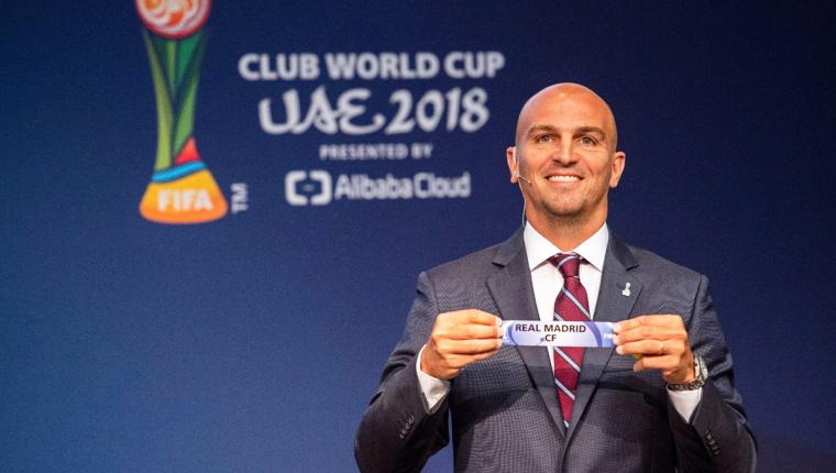 El exfutbolista argentino Esteban Cambiasso fue el encargado de sacar los nombres de los equipos en el Mundial de Clubes. (Foto Prensa Libre: EFE)