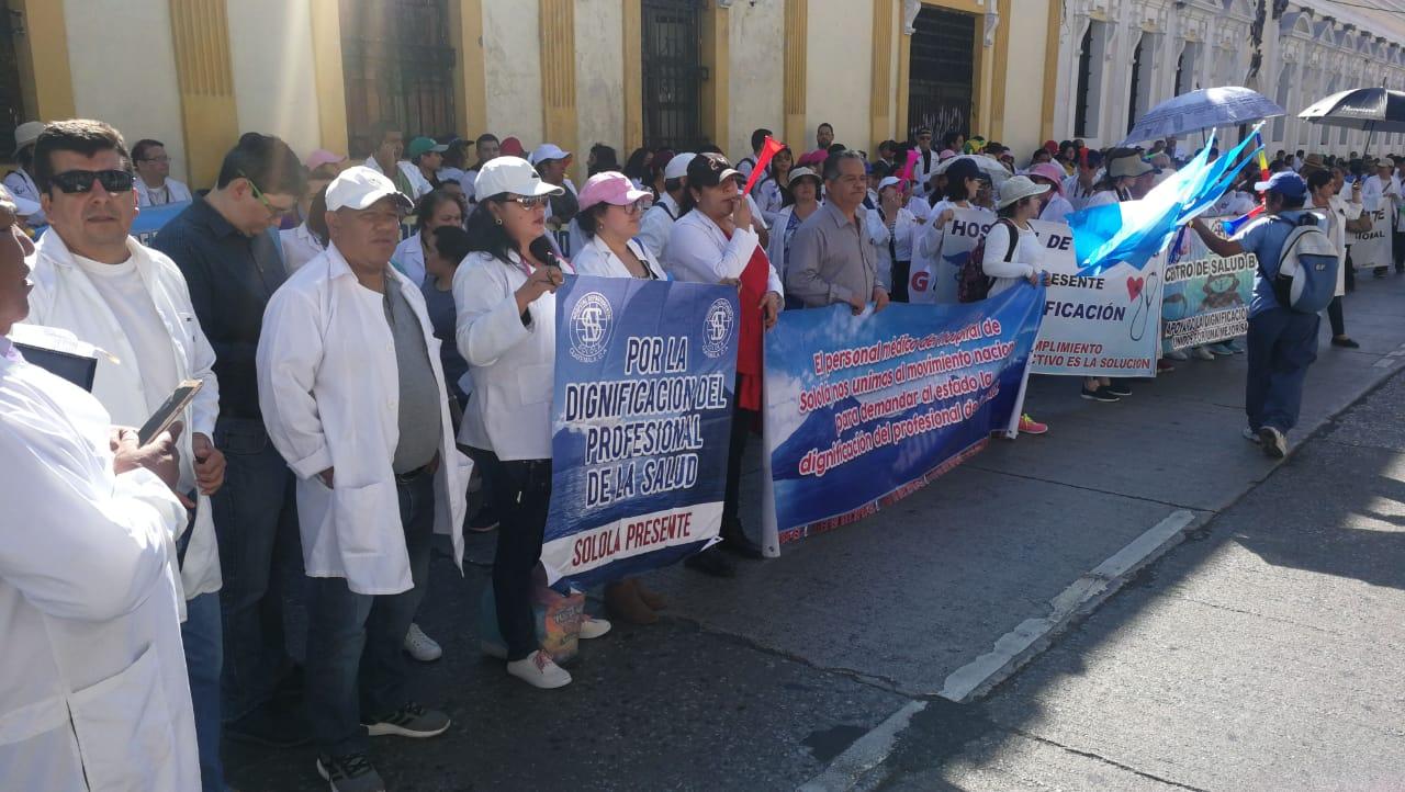 Profesionales de la salud que laboran para el Ministerio de Salud manifiestan frente al Congreso de la República. (Prensa Libre: Érick Ávila)