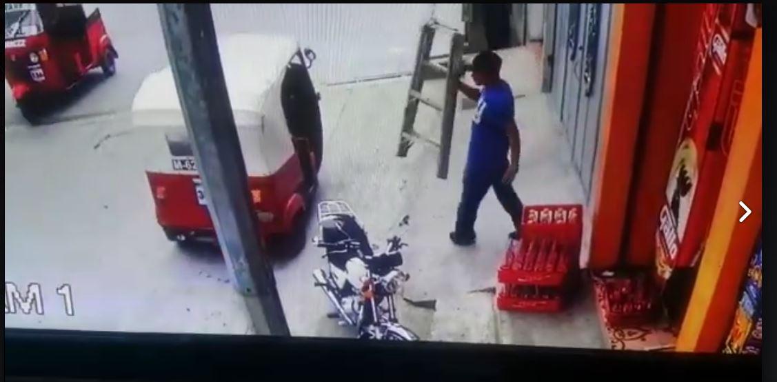 Hombre aprovecha paso de mototaxi y huye con escalera robada