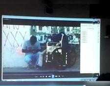 Captura del video que fue presentado por el MP en el que se ve a Byron Adolfo Sequén Sosa despojando de sus pertenencias a su tío Víctor Manuel Choc. (Foto Prensa Libre)