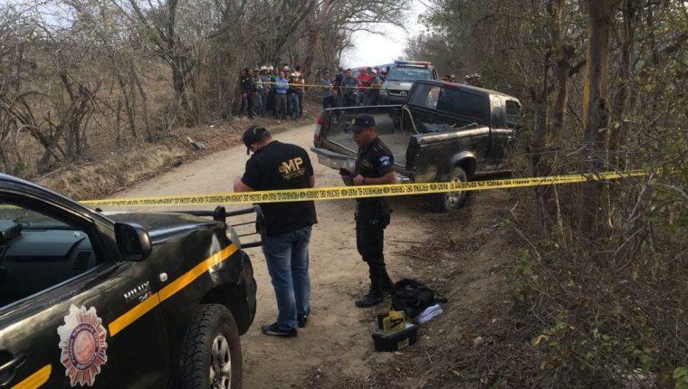 Picop hallado en Zacapa, en cuyo interior permanecen los cadáveres de dos hombres, es acordonado por la PNC. (Foto Prensa Libre: Víctor Gómez)