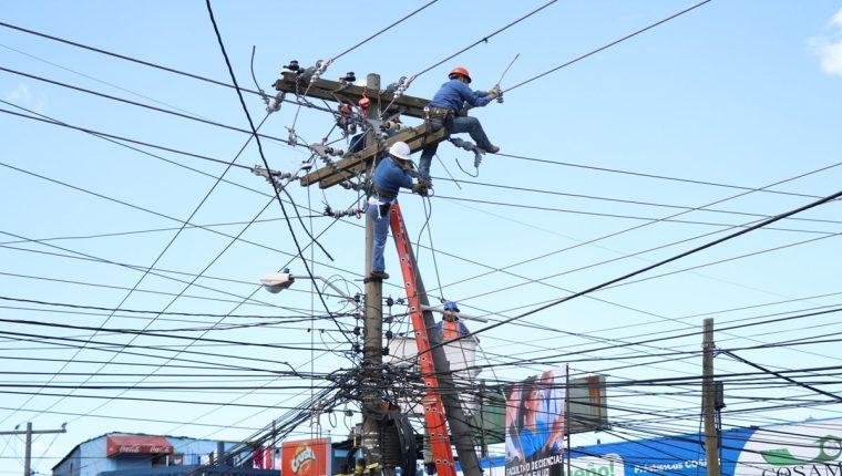 Deuda millonaria impide invertir en mejoras a la deteriorada red eléctrica, según directivo de la Empresa Eléctrica Municipal de Quetzaltenango. (Foto Prensa Libre: María José Longo).