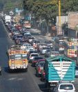 Pilotos de autobuses circulan contra la vía en el km 49 de la ruta Interamericana, El Tejar, Chimaltenango. (Foto Prensa Libre: Víctor Chamalé)