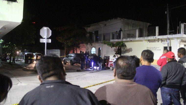 Vecinos de Monjas, Jalapa, observan el trabajo de las fuerzas de seguridad en el lugar donde murió un piloto de mototaxi. (Foto Prensa Libre: Hugo Oliva)