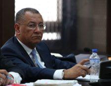 Arístides Crespo escucha una de las resoluciones del juez Miguel Ángel Gálvez. (Foto Prensa Libre: Paulo Raquec)