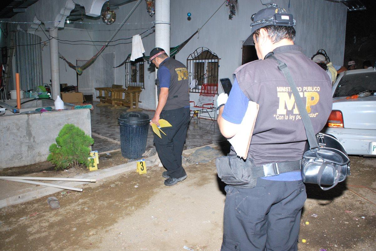 Peritos del Ministerio Público recaban evidencias en vivienda de la cabecera de Zacapa, donde murió un hombre a balazos. (Foto Prensa Libre: Víctor Gómez)