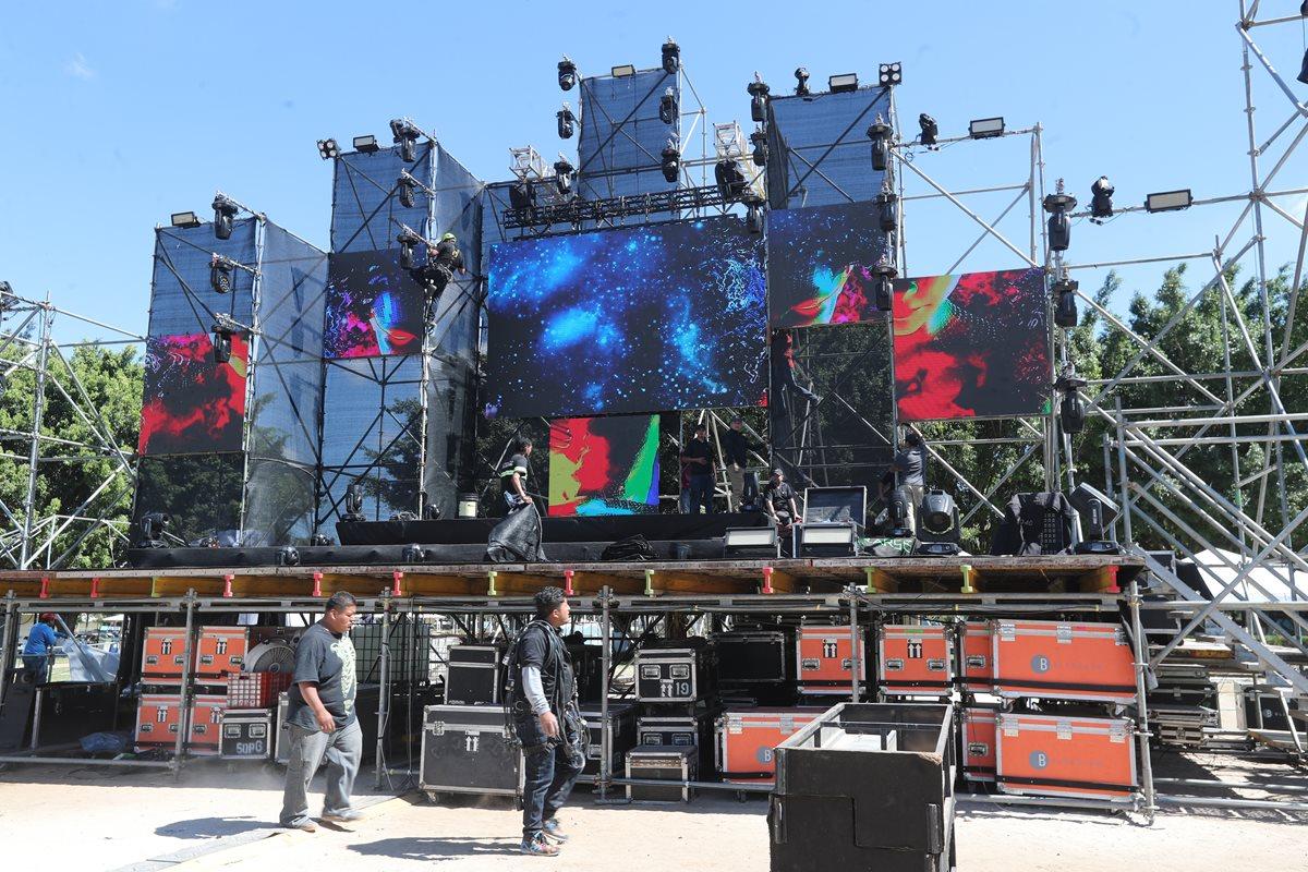 Trabajadores afinan los últimos detalles del escenario donde se presentará el show musical previo al show de luces. (Foto Prensa Libre: Érick Ávila).