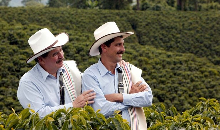 A la izquierda Carlos Sánchez, a su lado Carlos Castañeda, actual imagen del café de Colombia. (Foto Prensa Libre: Colprensa)