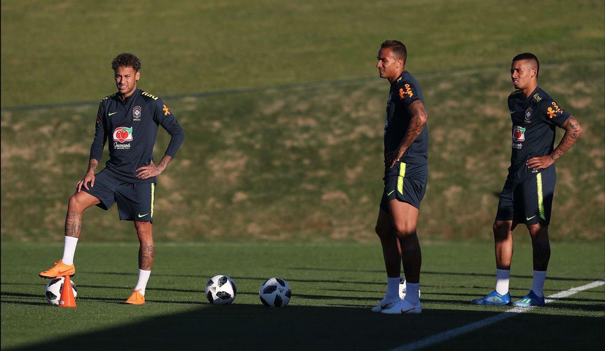 Neymar, Danilo y Gabriel Jesús durante el entrenamiento de la Selección de Brasil en Teresópolis. (Foto Prensa Libre: EFE)