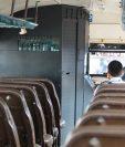 Al frente la cabina blindada, un pasajero viaja en el bus de Peronia a la zona 11 de la ciudad capital. (Foto Prensa Libre: Érick Ávila)