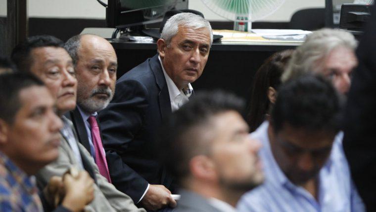 Otto Pérez, al fondo, durante la audiencia judicial, cuyo inicio se postergó. (Foto Prensa Libre: Paulo Raquec)