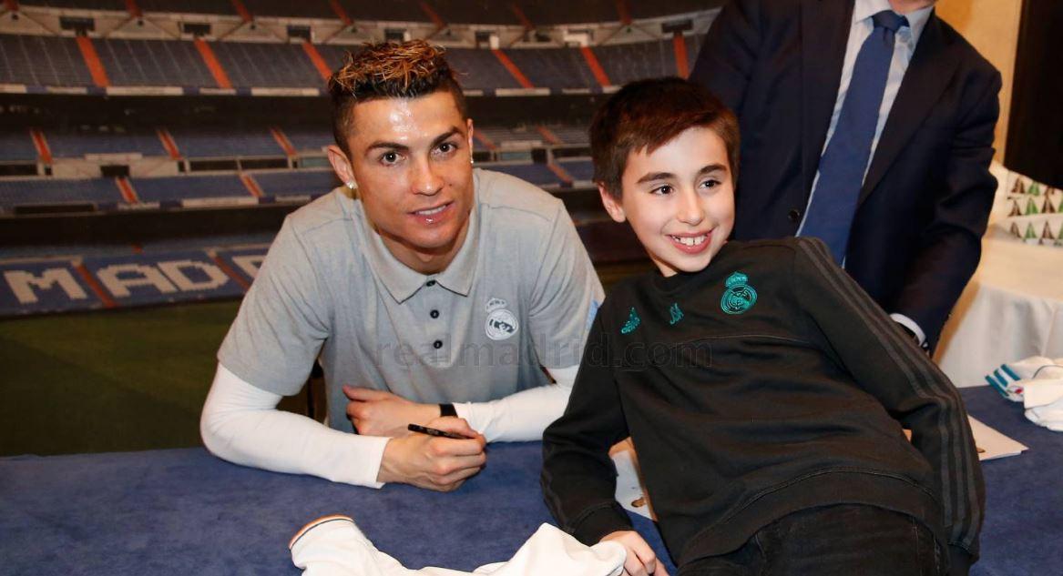 Cristiano Ronaldo sonríe junto a un pequeño seguidor en el hotel de concentración del Real Madrid, en la ciudad de Bilbao. (Foto Prensa Libre: Twitter Real Madrid)