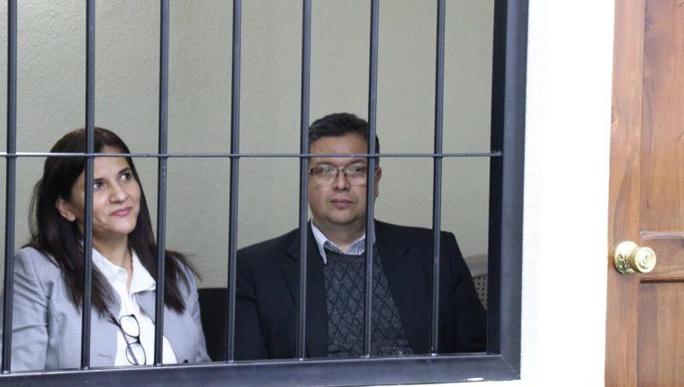 Jorge Rolando Barrientos, exalcalde de Xela, escuchó a la fiscalía juntó a su esposa Rossana Schoenfeld Gramajo de Barrientos. (Foto Prensa Libre: María Longo)
