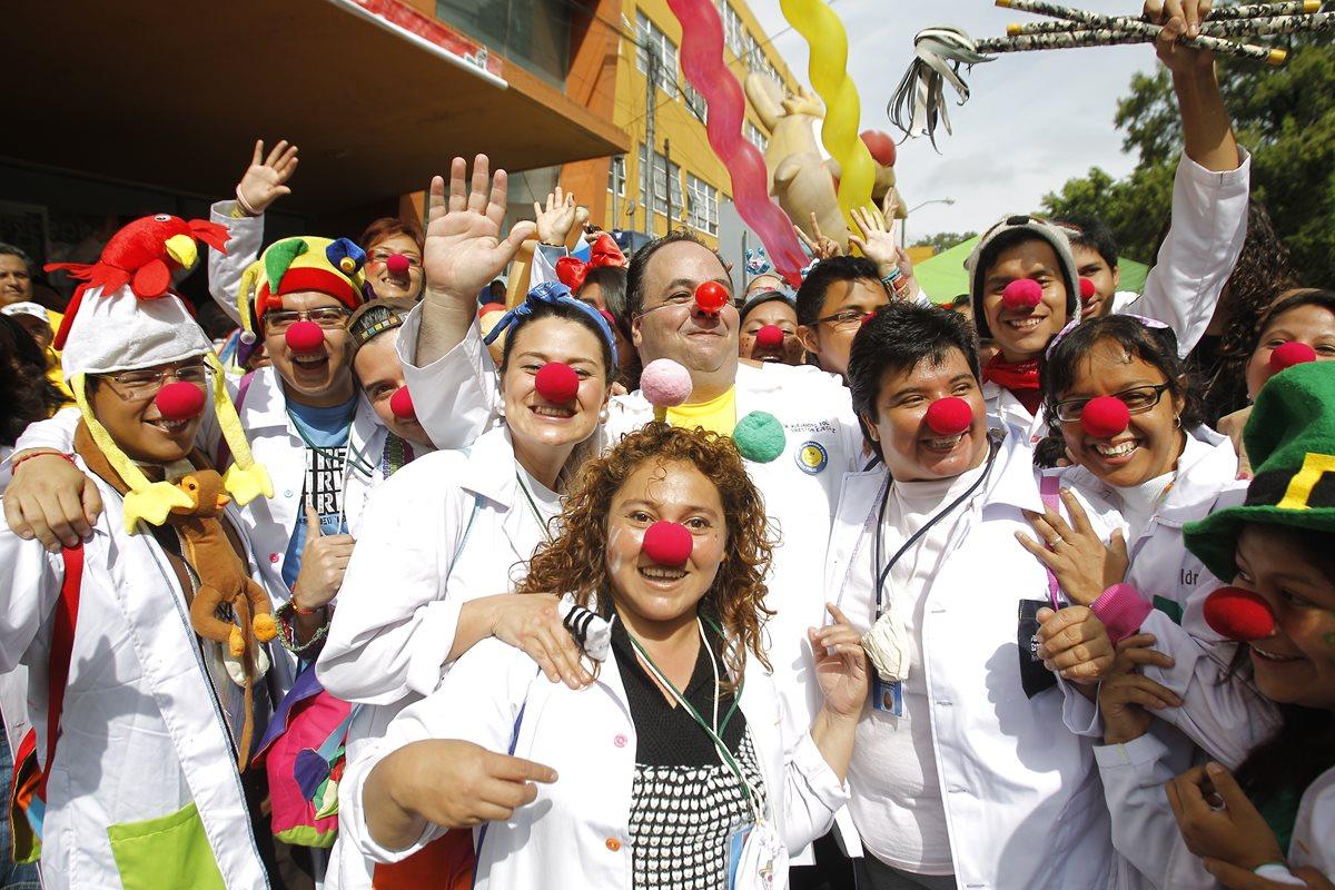 Voluntarios de Fábrica de Sonrisas, durante una visita visita al hospital Roosevelt. (Foto Prensa Libre: Álvaro Interiano)