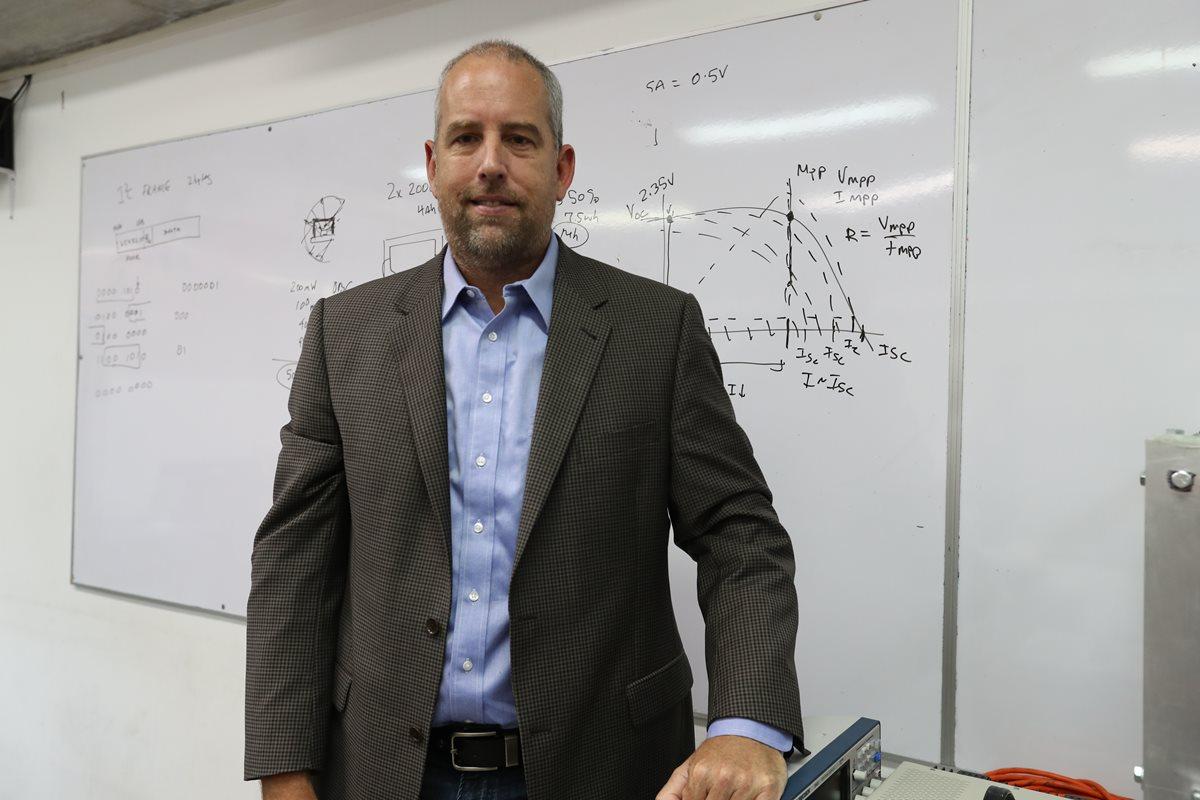 El doctor estadounidense Scott Palo, en el primer laboratorio de ingeniería aeroespacial de Guatemala, ubicado en la UVG. (Foto Prensa Libre, Brenda Martínez)