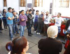 Decenas de personas llegaron a Gobernación para exigir la renuncia de la funcionaria. (Foto Prensa Libre: María José Longo)