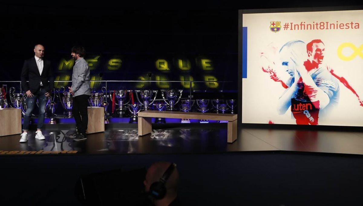 Andrés Iniesta habla durante su acto de homenaje en el Camp Nou. (Foto Prensa Libre: FC Barcelona)