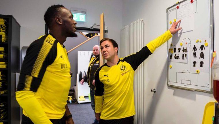 Usain Bolt conversa con Mario Götze durante la práctica de este jueves en el estadio del Borussia. (Foto Borussia Dortmund).