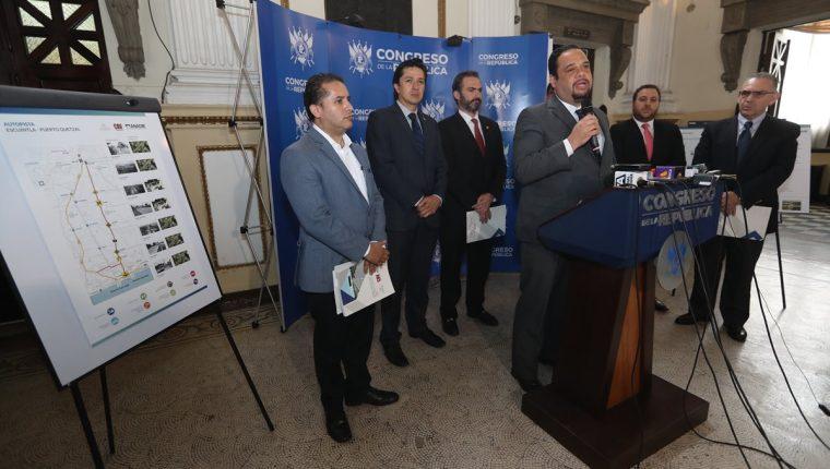 Los miembros del Conadie presentaron a la presidencia del Congreso el proyecto del contrato de la autopista Escuintla-Puerto Quetzal. Por ley los diputados deberán de conocerlo. (Foto Prensa Libre: Óscar Rivas Pu)