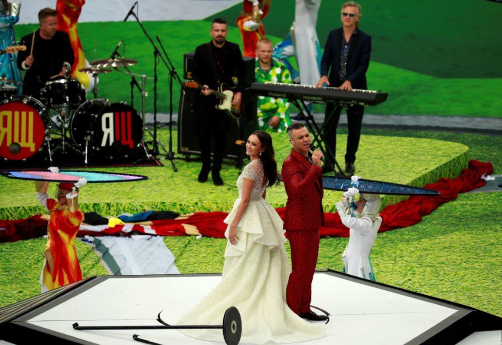 Robbie Williams junto a la soprano rusa Aída Garifullina en la ceremonia de inauguración del Mundial. (Foto Prensa Libre: EFE)