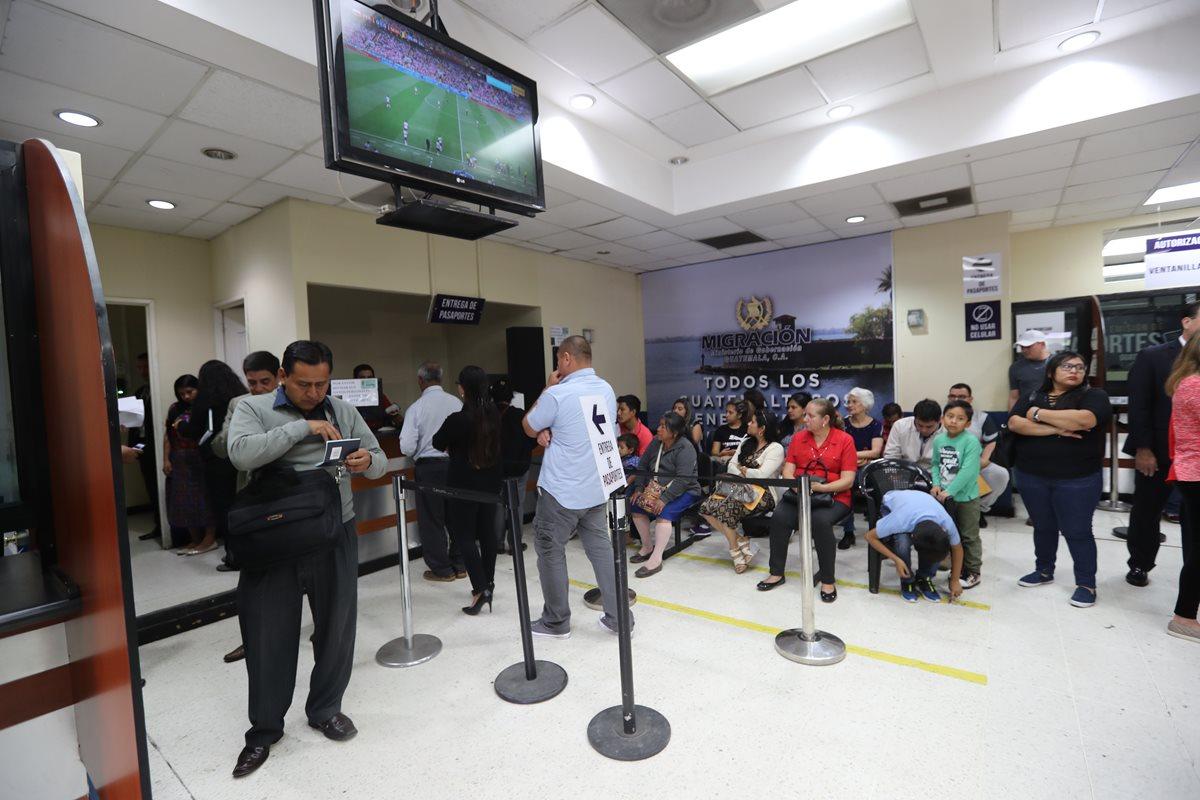 Según el Código de Migración, el Instituto Guatemalteco de Migración, sería el encargado de emitir pasaportes, función que actualmente corresponde a la Dirección General de Migración. (Foto Prensa Libre: Hemeroteca PL)