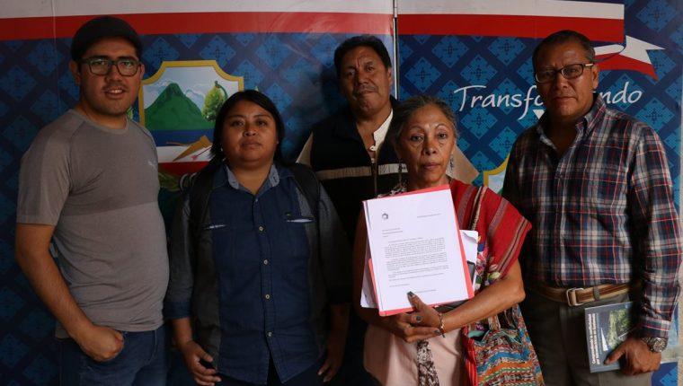 Integrantes del Colectivo Ciudadano de Quetzaltenango, integrado por al menos 25 agrupaciones, entregarán carta al Concejo de Xela para que el presidente Jimmy Morales no acuda a la inauguración de la feria. (Foto Prensa Libre: María José Longo)