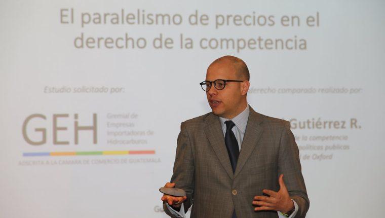 Juan David Gutiérrez, experto en derecho de la competencia expuso su estudio comparativo acerca del estudio sobre paralelismo de precios a la Gremial de Empresas de Importación de Hidrocarburos. (Foto, Prensa Libre: Érick Ávila).