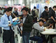 Durante la época de fin de año el sector comercio, bancos y centros de llamadas contratan personal temporal. (Foto Prensa Libre: Hemeroteca)