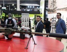 Un entusiasta de las armas prueba un rifle de Remington durante una feria en Las Vegas. (Foto Prensa Libre: Getty Images)