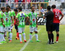 Los rostros de desolación de los jugadores de Antigua GFC, después de ser humillados por Xelajú MC en el Mario Camposeco, y de quedar eliminados de la fase final.(Foto Prensa Libre: Carlos Ventura)