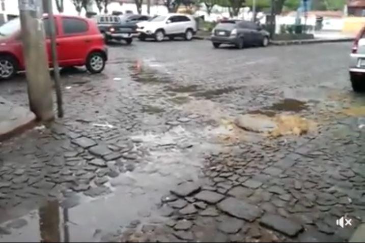 Videos muestran colapso de sistema de drenajes en aldea de Antigua Guatemala