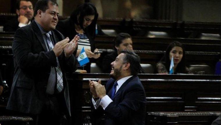 El diputado Julio Juárez (de pie) es señalado de ser el autor intelectual del asesinato de dos periodistas en Suchitepéquez. (Foto Prensa Libre: Hemeroteca)
