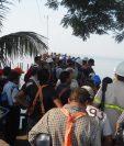 Trabajadores de la mina evacuaron las instalaciones de la mina el martes último, durante la manifestación de los inconformes. (Foto Prensa Libre)