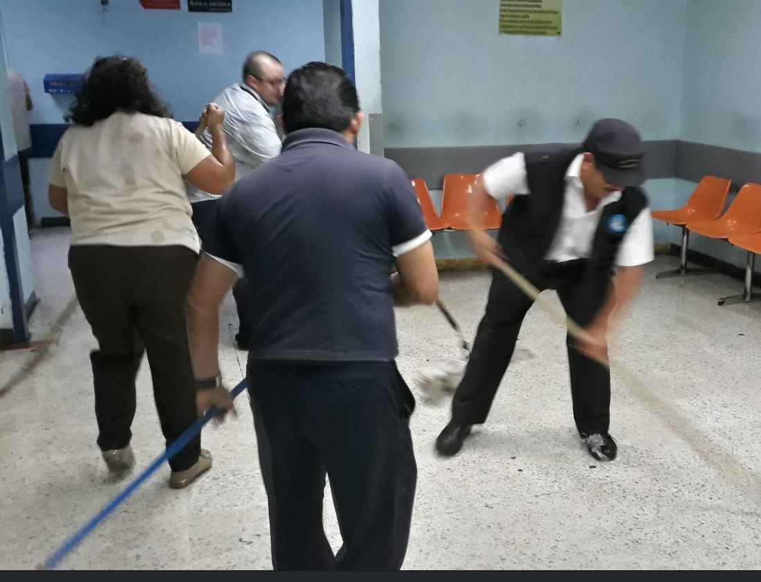 Varias áreas se inundaron debido al rompimiento de tubería después del sismo. (Foto: Hospital General San Juan de Dios)