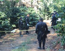 Autoridades circulan el lugar donde fue encontrado el cadáver de un hombre en San José Acatempa, Jutiapa. (Foto Prensa Libre: Óscar González).