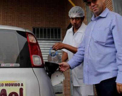 Luiz Jordans llena su tanque de etanol de miel desde el 2015. (Foto Prensa Libre: BBC Brasil)
