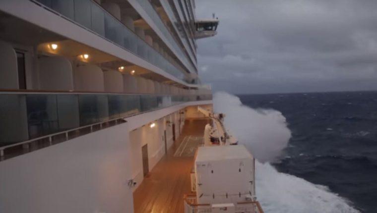 Las impactantes imágenes fueron captadas por turistas que viajaban en un crucero, por la costa este de los EE.UU. (Foto Prensa Libre: Youtube)