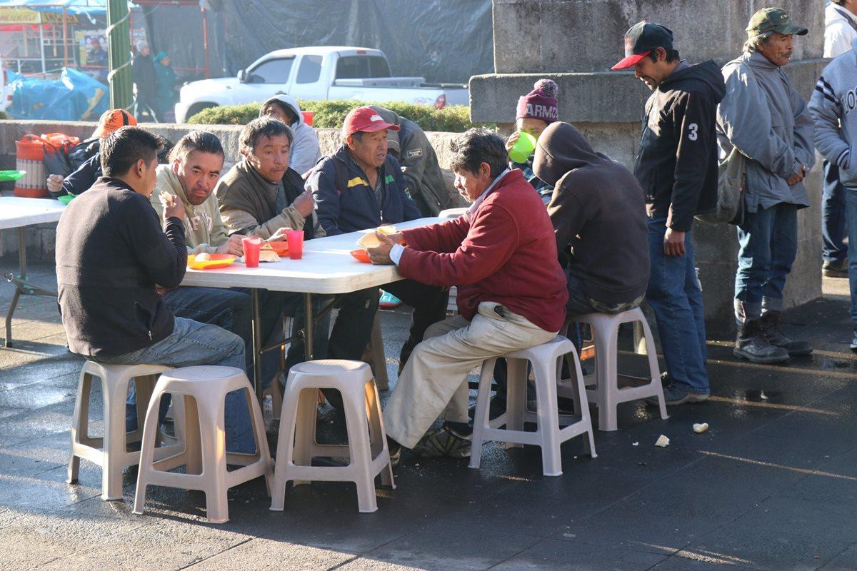 Cada sábado los voluntarios llegan temprano al parque central para dar desayuno a indigentes y personas de escasos recursos. (Foto Prensa Libre: María Longo)